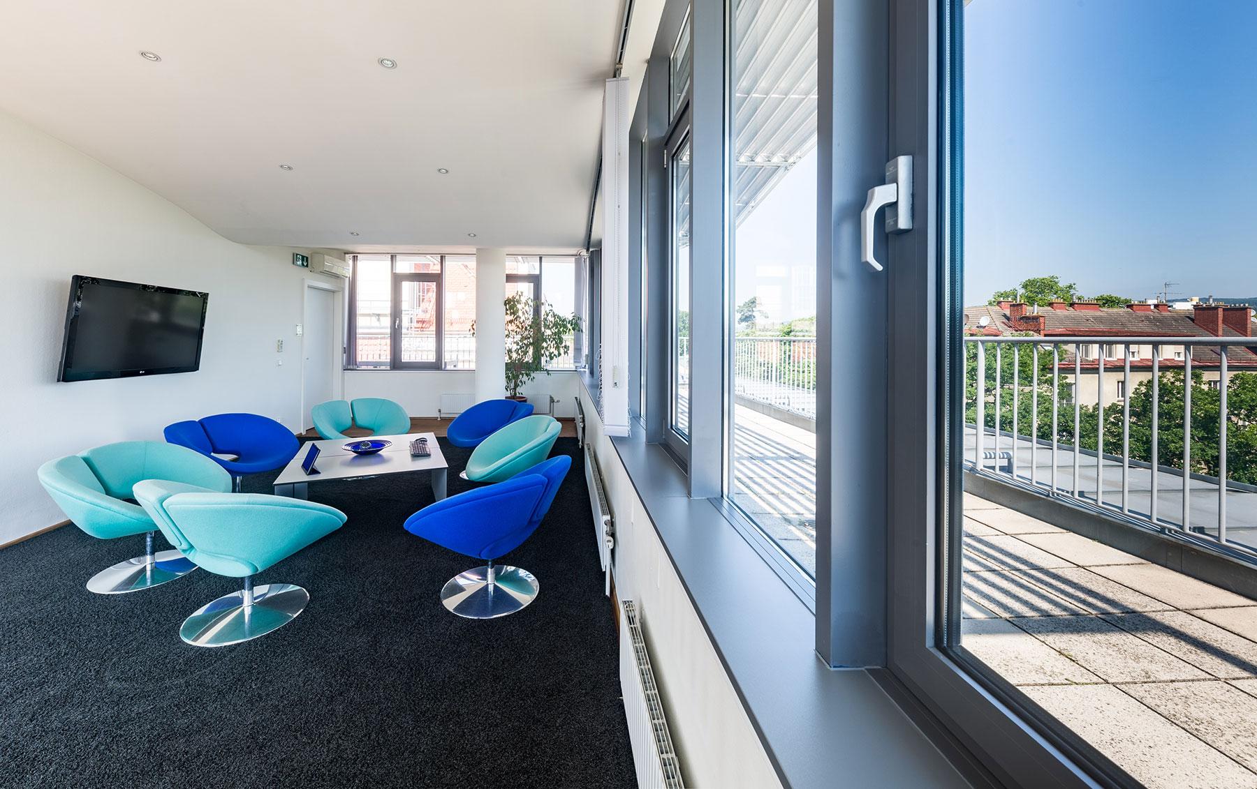 360°: Kundenlounge mit 52-Zoll-Monitor mit Dachterrasse im 13. Bezirk und Panoramablick