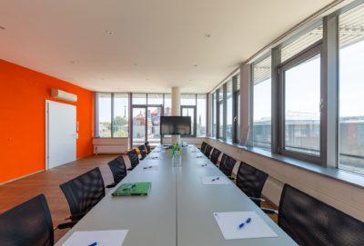 Konferenzraum mit 52-Zoll-Monitor