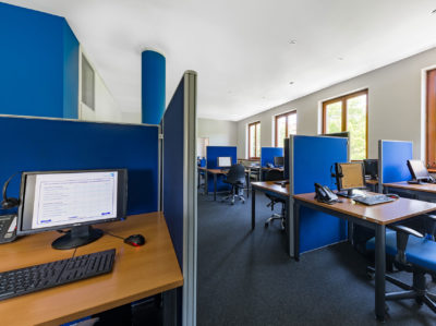 Hausinternes Telefonstudio mit 21 top-modernen CATI-Plätzen